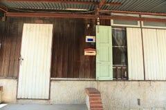 Parte dianteira da casa de madeira velha tailandesa imagem de stock