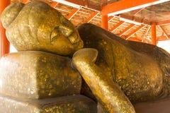 A parte dianteira da estátua da Buda encheu-se com a folha do ouro fotografia de stock