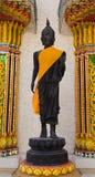 A parte dianteira da estátua da Buda encheu-se com a folha do ouro Foto de Stock Royalty Free
