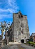 Parte dianteira da igreja fortificada de Saint Julien, Nespouls, Correze, Limousin, França fotos de stock