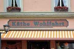Parte dianteira da loja com logotipo da empresa alemão Kathe Wohlfahrt que vende decorações e artigos do Natal com o ano inteiro imagens de stock royalty free