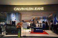 Parte dianteira da loja de Calvin Klein Jeans situada dentro do aeroporto de Jewal Changi em Singapura fotografia de stock