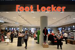 Parte dianteira da loja de Foot Locker situada dentro do aeroporto de Jewal Changi em Singapura fotos de stock