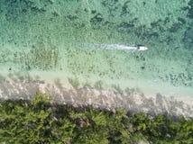 Parte dianteira da praia da vista aérea com barco fotos de stock royalty free
