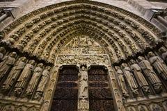 Parte dianteira das portas grandes da igreja imagens de stock royalty free