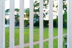 Parte dianteira de aço branca vertical de Grille da cerca do jardim fotografia de stock royalty free
