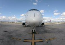 Parte dianteira de Embraer 195 do avião de passageiros imagens de stock
