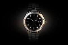 Parte dianteira de prata do relógio que enfrenta o fundo escuro imagens de stock royalty free
