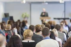 Parte dianteira de Speaking In do conferente do grande grupo de pessoas imagem de stock