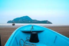 Parte dianteira de um barco que dirige para fora ao fundo da ilha da montanha do mar fotos de stock royalty free