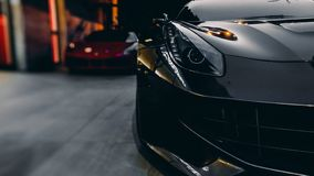 Parte dianteira de um carro preto e vermelho do carro de esportes Imagem de Stock Royalty Free