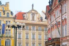 Parte dianteira de uma construção na praça da cidade velha em Praga Fotos de Stock