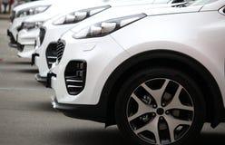 A parte dianteira de veículos novos alinhou no mercado exterior Fotos de Stock