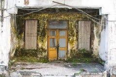 Parte dianteira deteriorada suja da casa Imagem de Stock Royalty Free