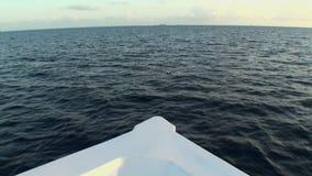 Parte dianteira do barco branco no fundo da superfície da água em Maldivas video estoque