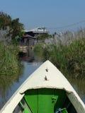 Parte dianteira do barco em um canal de água estreito Fotografia de Stock Royalty Free