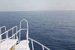 Parte dianteira do barco na água lisa Foto de Stock