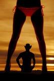 Parte dianteira do biquini dos pés da mulher da silhueta imagens de stock