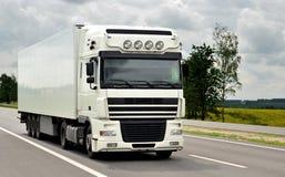 Parte dianteira do caminhão branco na estrada Imagem de Stock Royalty Free