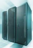 Parte dianteira do centro de três dados moderno do super-computador no borrão de movimento do fundo conceito futurista da tecnolo fotos de stock