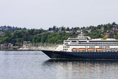 Parte dianteira do navio de cruzeiros azul e branco Fotos de Stock