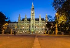 Parte dianteira do Rathaus em Viena na noite Imagens de Stock Royalty Free