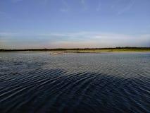 Parte dianteira do rio, rio, sol, água natural, rio indiano, exploração agrícola, céu com rio, papel de parede da natureza foto de stock royalty free