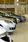 Parte dianteira dos carros na sala de exposições Foto de Stock