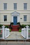 Parte dianteira histórica da pensão com cerca e o jardim brancos Imagem de Stock Royalty Free