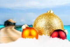 Parte dianteira motivado do Natal com a ilha tropical borrada Imagem de Stock
