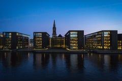 Parte dianteira na noite, Dinamarca da água de Copenhaga. Fotos de Stock Royalty Free