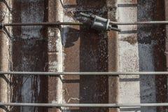 Parte dianteira próxima mesma que enfrenta a vista de correias do metal em torno de um silo concreto velho imagem de stock royalty free
