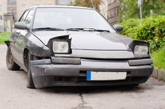 Parte dianteira quebrada do carro foto de stock