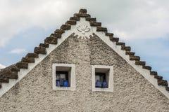 Parte dianteira superior de uma casa húngara tradicional imagens de stock
