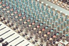 A parte do amplificador sadio do amplificador musical ou do misturador da música com furos dos botões e do Jack imagem de stock