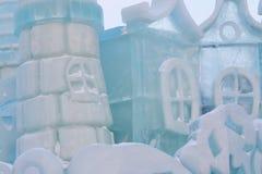 Parte do castelo do conto de fadas do gelo com torres Foto de Stock