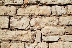 A parte do granito natural da pedra da parede de alvenaria do contraste é um teste padrão da textura, do material e do fundo com  Fotografia de Stock