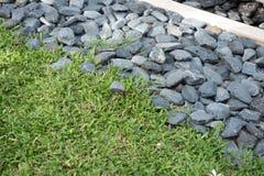 Parte do jardim A grama verde e a pedra no jardim projetam Fotos de Stock Royalty Free