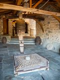 Parte do mecanismo para povos e produtos de levantamento no monastério da trindade santamente em Meteora, Grécia imagens de stock