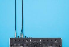Parte do misturador do DJ no fundo azul fotografia de stock royalty free