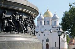 Parte do monumento ao milênio de Rússia na perspectiva do St Sophia Cathedral no Kremlin em Veliky Novgo Fotos de Stock