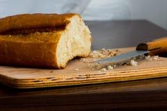 Parte do pão e de seus crumbles Fotografia de Stock Royalty Free