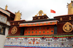 A parte do palácio de Potala, com a bandeira de República Popular da China interna assim como muitas janelas, cortina, parede de  Fotografia de Stock Royalty Free