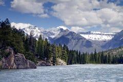 Rio da curva e as Montanhas Rochosas canadenses foto de stock