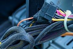 Parte dos fios e dos cabos no computador fotos de stock