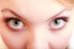 Parte dos olhos da fêmea da cara Menina loura eyed largamente fotografia de stock