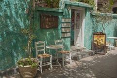 Parte exterior de um taverna nas ruas da cidade de Aegina fotos de stock royalty free