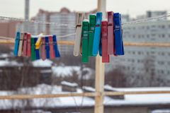 Parte externa coberto de neve dos pregadores de roupa no inverno fotos de stock royalty free