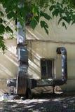 Parte externa de aire industrial del canal del respiradero que tira del motor fotografía de archivo