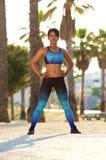 Parte externa ereta da mulher afro-americano bonita no sportswear imagens de stock royalty free